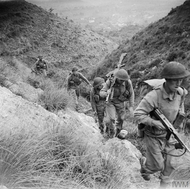 Men of the 10th Royal Berkshire Regiment move up to the heights of Calvi-Risorta, 27 October 1943,