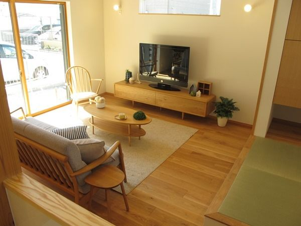 オーク材の床にオーク無垢材の家具でコーディネート