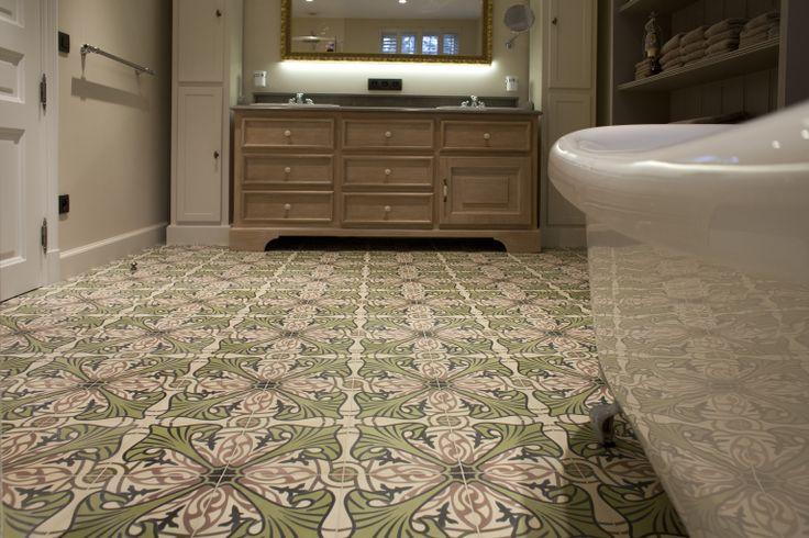 le carreau de ciment majorelle vert mise en sc ne dans une salle de bains cdm se met au vert. Black Bedroom Furniture Sets. Home Design Ideas