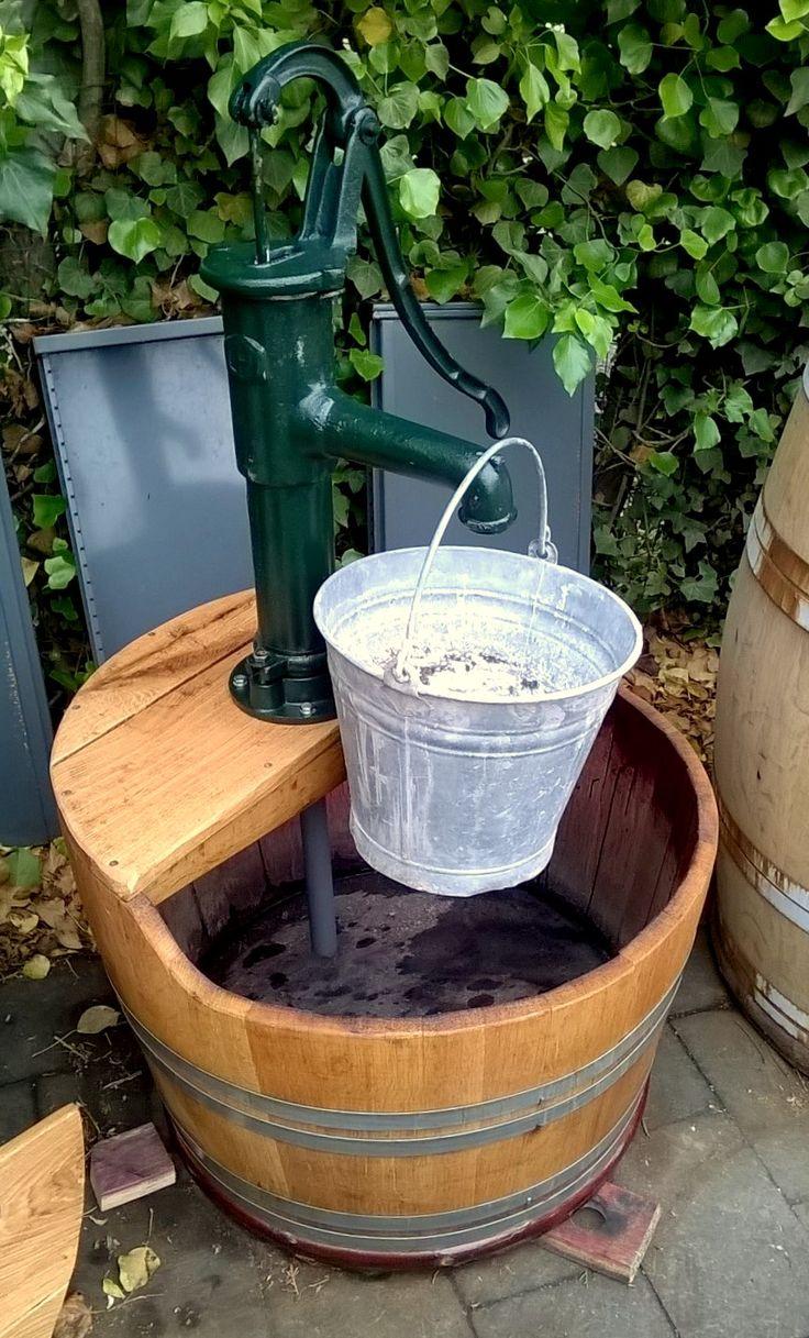 Waterpartij van eikenhouten wijnvat met nieuwe gietijzeren zwengelpomp, handpomp (nr.4).