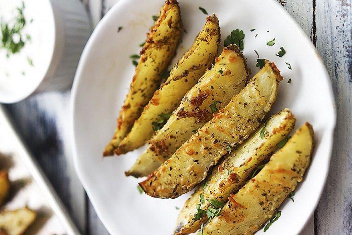 Met aardappelen kan je zoveel en we eten ze ook geregeld of zelfs dagelijks. Je kan ze bakken, koken, poffen, frituren en pureren. Je kan ze schillen maar ook prima met schil eten. Je kan ze in blokjes, plakjes of partjes snijden en waarschijnlijk op nog veel meer manieren. Ik heb dit heerlijke recept gevonden …