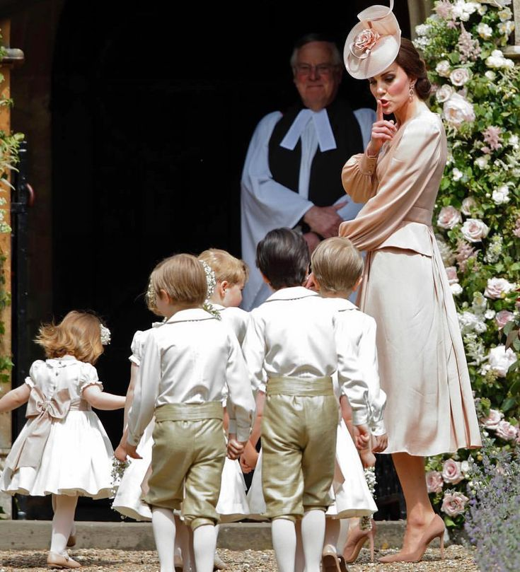 Coisa mais fofaaaaaa príncipe George e a princesa Charlotte na entrada da igreja para o grande dia da tia Pippa, Irma de Kate! A mamãe está lindaaaaa, com vestido @alexandermcqueen ! Amei o shiiiiiiii, #quemnunca! Rs Eles foram encarregados de levar as alianças! ❤️❤️ regram @rosiejnixon