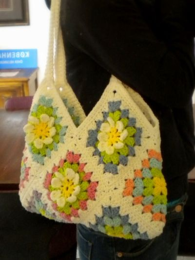 I finished the  Flower Garden Granny Square  project! It was a shoulder bag! The idea turned so well and the bag looks so lovely. I just lo...