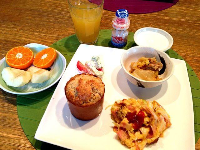 おはようございます。今朝も冷たい朝ですー。お日さまはでてますね!さてー、朝ご飯。今日は、マフィン。手軽に出来ちゃうバナナマフィン。朝ちゃちゃーっと。出来たてホヤホヤです。シナモンが聞いて、美味しい。さぁ、今日は、木曜日(^_−)−☆ 毎日早いなー、頑張っていきましょう♪(*^^)o∀*∀o(^^*)♪あっ!もくもくーね!!みなさん、よい1日をー☆〜(ゝ。∂) - 10件のもぐもぐ - バナナマフィン  ベーコンとネギのスプラングルエッグ  ミルフィーユ鍋  アボカドトマト  ラフランス  みかん  ミックスジュース  ヤクルト by 高田恵子