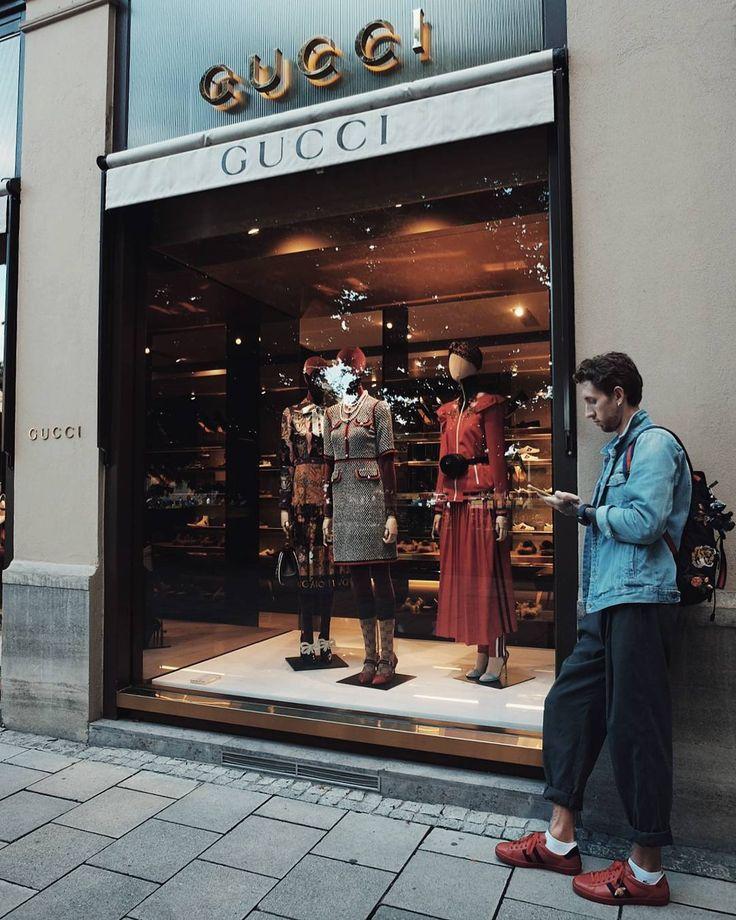 """Когда снимаешь квартиру в Мюнхене, а под окном у тебя Gucci и LV, то не удивляйся, что в квартире нет интернета и выйти в сеть можно только высунув телефон в открытое окно и подключившись к """"Gucci free wifi"""" Немцы экономные 😄👍🏼👍🏼 На фото, для усиления сигнала, я спустился вниз, чтобы позвонить по Whatsapp. Скоро буду в Праге, затем в Вене🌏 #gucci #munich #germany #evgeny_kopanov #travelgram #travelforlife #style"""