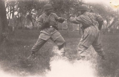 Original photo of two Fallschirmjager sparring.