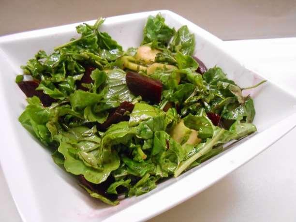 Τη συνταγή βρήκαμε στοwww.neadiatrofis.gr Υλικά 1 φλιτζάνι παντζάρι βρασμένο και τριμμένο στον χονδρό τρίφτη 1 φλιτζάνι baby ρόκα 3 κουταλιές της σούπας κουκουνάρι (καλύτερα καβουρδισμένο ελαφρά) Ψίχα από 1 πορτοκάλι κομμένη σε μικρά κομμάτια Αλάτι, φρεσκοτριμμένο πιπέρι 2 κουταλιές της σούπας ελαιόλαδο 1 κουταλιά της σούπας ξύδι μπαλσάμικο Εκτέλεση Σε ένα μπολ τοποθετούμε το παντζάρι, …
