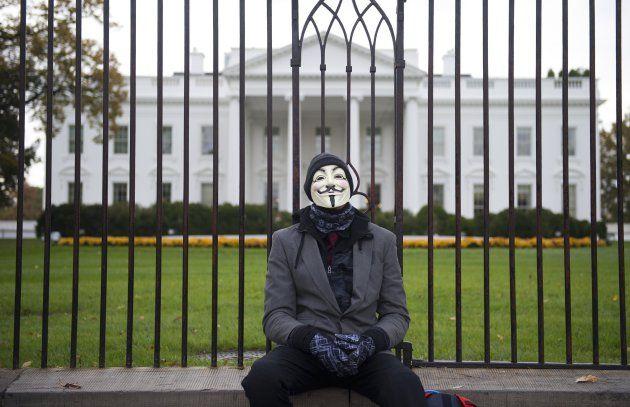 """Ketika 'Ring 1' Gedung Putih Dikadalin """"Hacker"""" Dengan Hoax  Republik.in Seorang peretas (hacker) asal Inggris dilaporkan telah menipu para pejabat tinggi Amerika Serikat di Gedung Putih untuk terlibat dalam perselisihan melalui surat elektronik (email) palsu. Orang yang menyebut dirinya sebagai penulis email iseng ini meyakinkan seorang penasehat keamanan siber senior bahwa dirinya menantu sang presiden Jared Kushner. Tak hanya itu ia juga menipu bekas Direktur Komunikasi Gedung Putih…"""