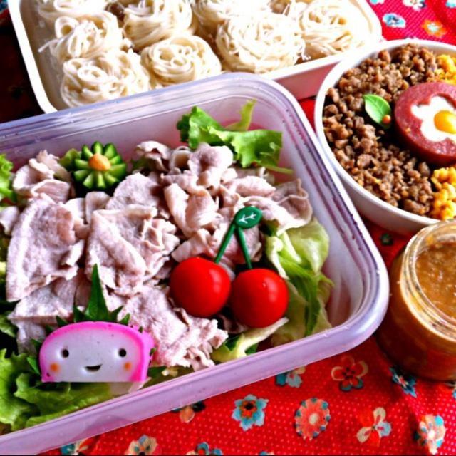 おはようございます! 今日はリーマンランチ?  冷しゃぶサラダそうめんと ミニ鶏そぼろ丼。  関東甲信越地方は梅雨明け? 暑くなりますね 今週も頑張りましょう!(≧∇≦) - 194件のもぐもぐ - 今日の息子のお弁当2013/07/08 by masamiho