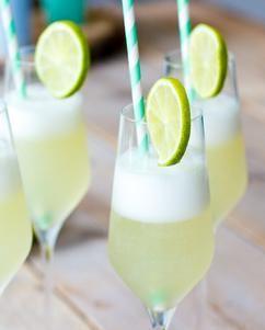 Superlekkere en frissie Sgroppino's met citroensorbetijs, prosecco en wodka! Perfect voor een zomerse borrel, diner of feestje.
