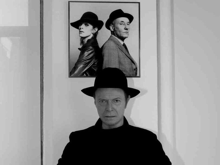 """Após 10 anos de espera, David Bowie finalmente apresenta seu próximo disco, intitulado """"The Next Day"""". Se antes o camaleão do rock já tinha liberado as faixas """"The Stars Are Out (Tonight)"""" e """"Where We Are Now?"""", agora é hora de mostrar o trabalho completo."""