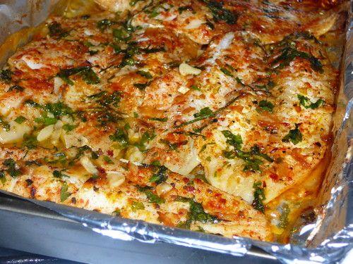 Peixinho no Forno `a Nanda - Amor e Sabores Ingredientes: Filetes de peixe a gosto 5 dentes de alho azeite 1 folha de louro colorau (pimentão vermelho) a gosto sal e pimenta salsa picada folha de alumínio