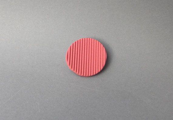 Moderne rote Brosche, schlichter Schmuck, zeitgenössischer Schmuck, roter Anstecker, schlichter Anstecker, ausergewöhnliche Brosche