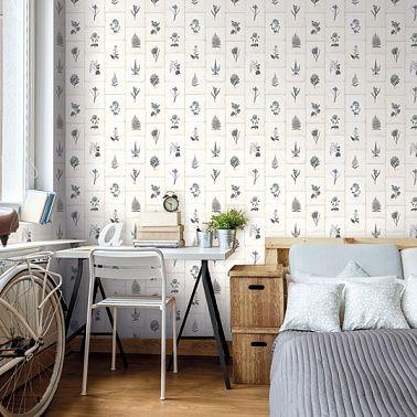 Скандинавский стиль интерьера спальни. Цветочные обои добавляют живости и расслабленности атмосфере спальни.
