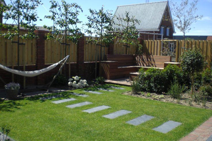 Hoveniersbedrijf H.G. Peters | Relaxen in de tuin is voor velen een must, hier een combinatie van een hangmat en loungebank.