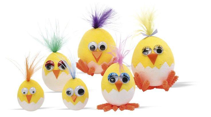 Med de fine gule æg er børnene næsten halvvejs med de sjove kyllinger. De skal blot male en æggeskal og dekorere med rulleøjne, chenille og fjer. Brug kyllingerne som bordpynt eller med ophæng på en gren. Piiip!