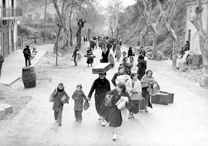 Después de la guerra. La persecución y represion de los vencidos fue una característica del regimen franquista. La Posguerra « La Guerra Civil Española