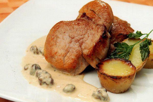 Receta de Solomillo de cerdo con salsa de queso en http://www.recetasbuenas.com/solomillo-de-cerdo-con-salsa-de-queso/ Prepara un delicioso solomillo de cerdo con salsa de queso en el que se funde los sabores de la parte más jugosa del cerdo con el aroma del queso azul.  #recetas #Carne