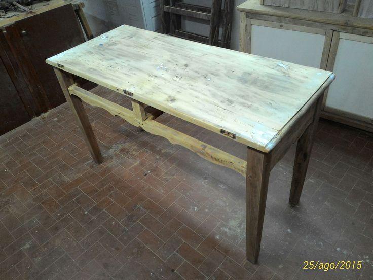 RestauriRaia.com: Restyling di un tavolo rustico in legno misto Tavolo rustico in arte povera realizzato con legno misto autoctono della zona. Costruito con buona maestria si tratta di un tavolo solido e duraturo. Dario Raia