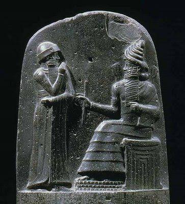 """Código de Hammurabi. Descubierta  en Susa (Irán), en 1901, esta estela de basalto negro, llamada """"Código  de Hamurabi"""", es uno de los textos más antiguos de Mesopotamia. Redactado en Acadio, se trata más bien de una recopilación de casos de jurisprudencia que de un código en el sentido moderno."""