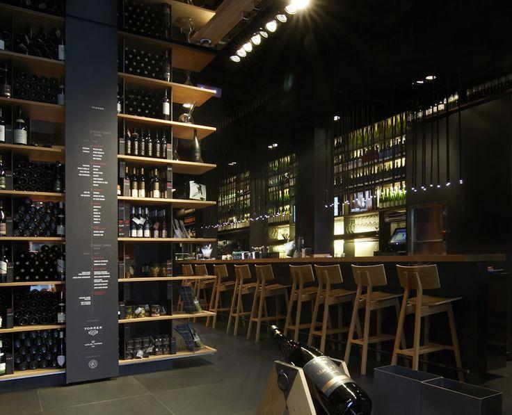 A pocos kilómetros de Barcelona, localizamos La Vinoteca Torres, un nuevo concepto de local con estética contemporánea de Bodegas Torres.