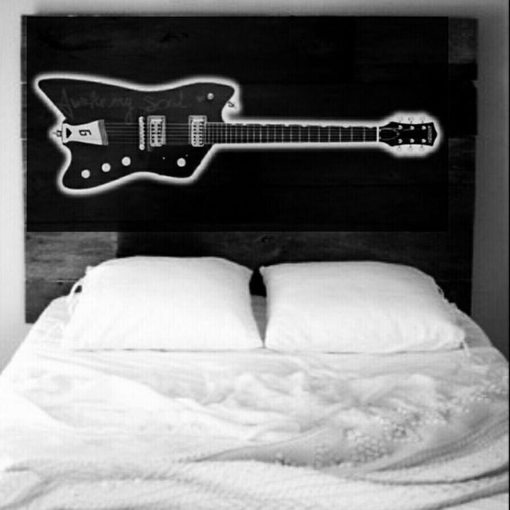Gefotoshopt door mij .  mijn Idee voor een achterwand boxspring bed. Zwarte plaat met uitgefreesde gitaar met ledverlichting erachter.