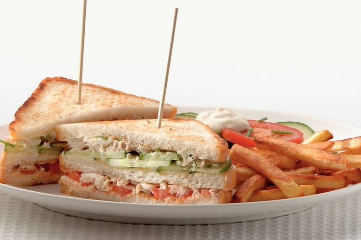 Makreel-clubsandwich met frietjes - Recept - Allerhande