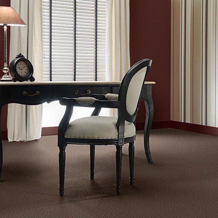 Mochetă elegantă de culoare maro închis, cu suprafaţa pufoasă.