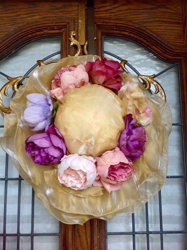 Chapéu Floppy bonito de Easter com flores.  Bonnet de Páscoa Feminino Feminino é feito de organza champagne com várias camadas de brim desleixado.  Decorado com rosas e peônias vintage, ilumina a beleza de uma senhora elegante.