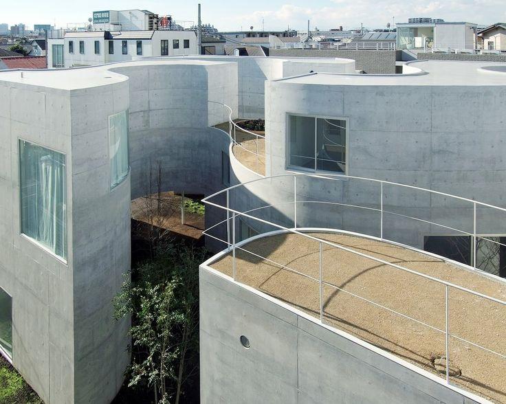 Okurayama Apartment by Kazuyo Sejima & Associates / 日本橫濱的集合住宅,戶外空間納入建築的平面設計之中,9 個單位的形態與庭院不盡相同,卻可統合成為一個整體。