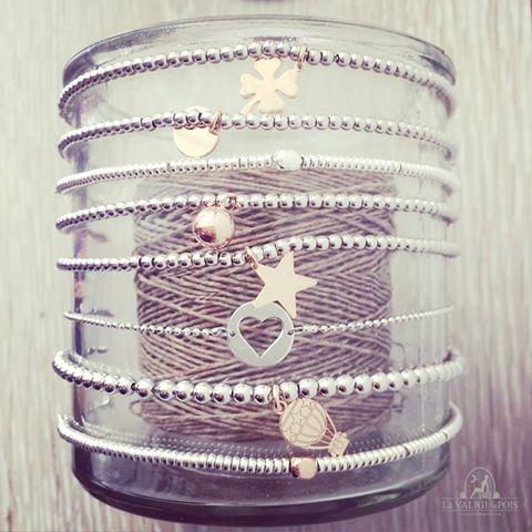 I nostri stupendi bracciali in argento con tanti ciondoli delicati e chic