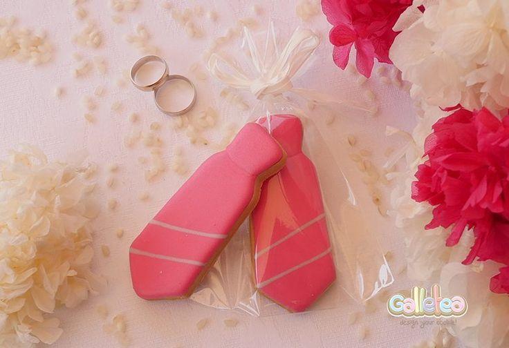 Galletas decoradas con glasa. Corbata rosa a rayas.