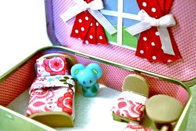 More Altoid tin ideas: a mini home for those tiny Squinkies. You don't have to be a serious crafter to do this - just use pieces of felt.