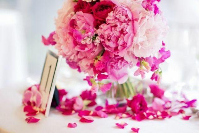 Rosa Rosen am Tisch in Kristallvase arrangieren romantisch