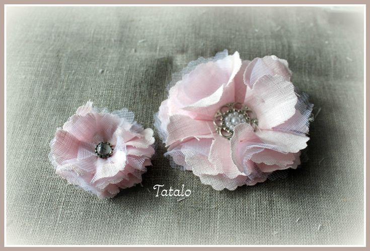Fleur faite de formes de fleur en tissu et tulle pliées en quatre - tutoriel