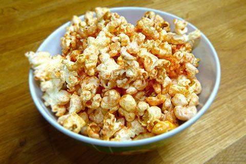 Popcorn mit Erdbeere – lecker! Wir verwenden in diesem Popcorn Rezept aber keine frischen Früchte, sondern einfach Erdbeermarmelade. Geht schnell! Die Erdbeermarmelade legt sich schön um das gesamte Popcorn und sorgt für einen schönen fruchtigen Geschmack!