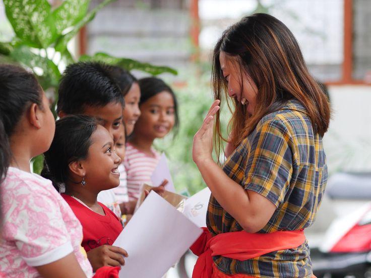 Volunteer Noelle is cheering with her students. #vpbali #studentofthemonth #greatjob