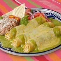 Enchiladas de pollo en tortillas de maíz bañadas con una salsa verde y gratinadas con queso.