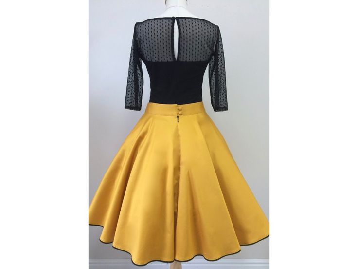 Kolová sukně hořčicová - více barev. hořčicově žlutá kolová sukně spodní lem zdobený černou krajkou kapsy v bočních švech (na přání) zapínaní na zip a potahované knoflíčky sukni vám ušijeme v konfekční velikosti 36-42, nebo na míru