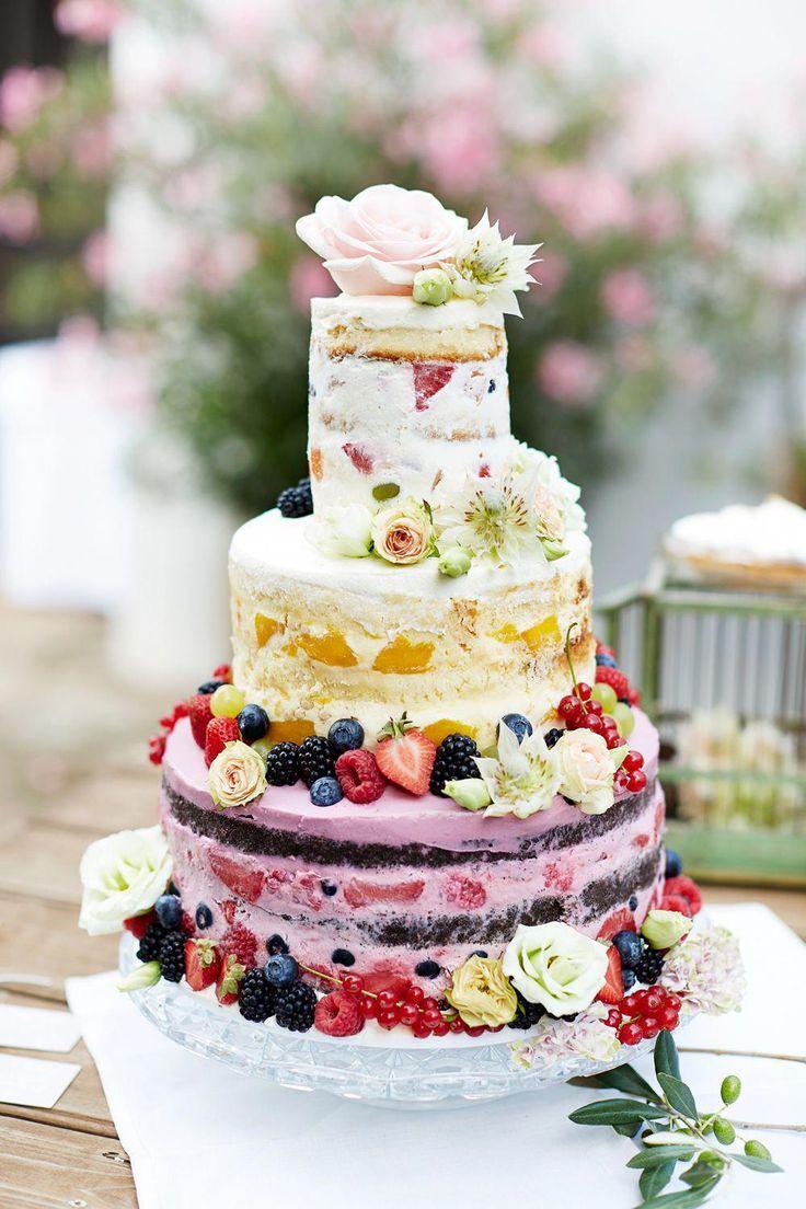 Hochzeitstorte bunte #hochzeitstorte #bunt #boho #hochzeit Eine Boho Hochzeit im Grünen mit Family Style Dinner   Hochzeitsblog The Little Wedding Corner #weddingcakes