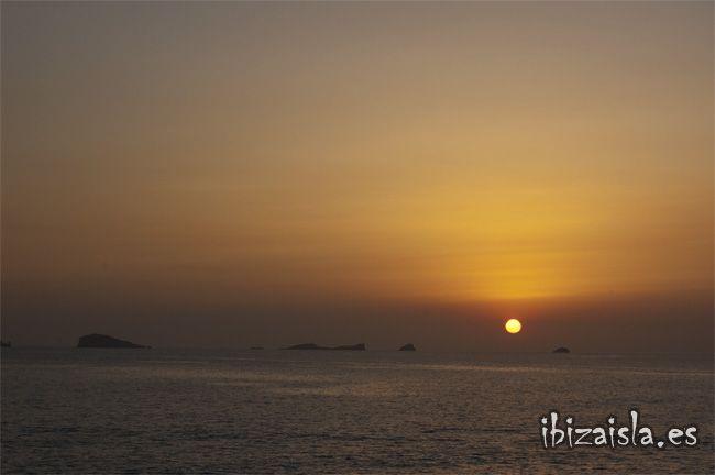 Hay muchas playas y lugares únicos para disfrutar de uno de los momentos más fotografiados por todos los visitantes de Ibiza. Cada puesta de sol es diferente y existen muchos lugares mágicos desde donde vivir este momento de forma especial.                                                                                                                                                      Más