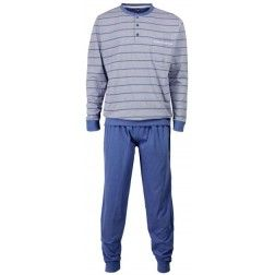 Donkerblauwe horizontale lijnen op de lichtblauwe top van een blauwe heren pyjama