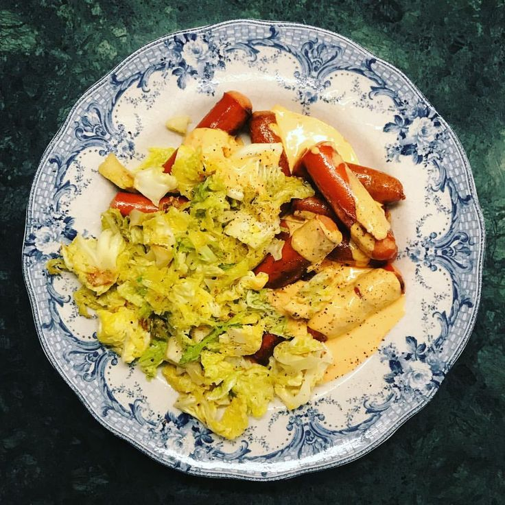 Inte den mest glamorösa middagen i världshistorien men gott ändå - kalkon choritzo korv med smörstekt savoykål och ajvarsås (créme fraîche, majonnäs, ajvar relish, vitlökspulver, salt och peppar) 😜 lchf recept