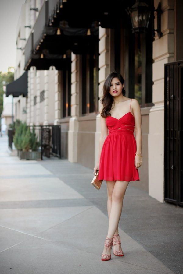 Adriana Gastélum stuns us in this red chiffon dress; the perfect material for summer days! Wear something similar with strappy heels and a glittery gold clutch add a touch of sparkle to the look. Outfit: Windsor.