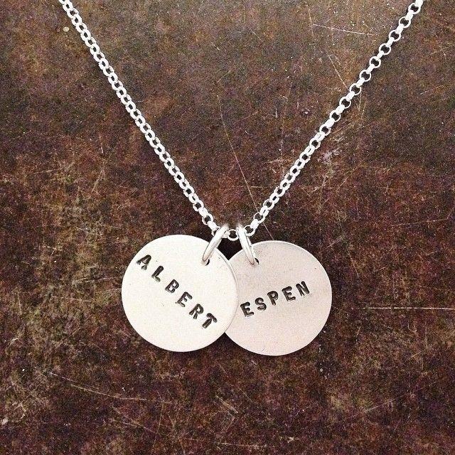 Mammasmykke med to navneplater i sølv
