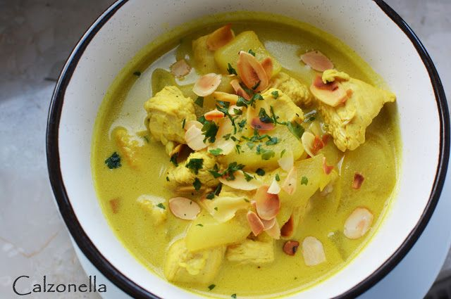 Kurczak curry z mleczkiem kokosowym, gruszką i migdałami | Calzonella