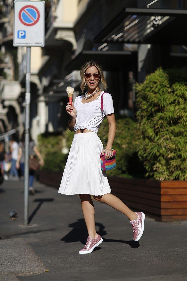 Look da Helena Lunardelli todo branco –com saia plissada e blusa básica. Detalhe para o tênis metalizado super na moda!