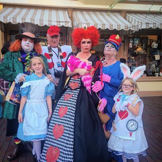 Echa un vistazo a los escandalosos y asombrosos trajes que los visitantes de otros parques visten.   21 Cosas que se deben hacer en Disneylandia en Halloween