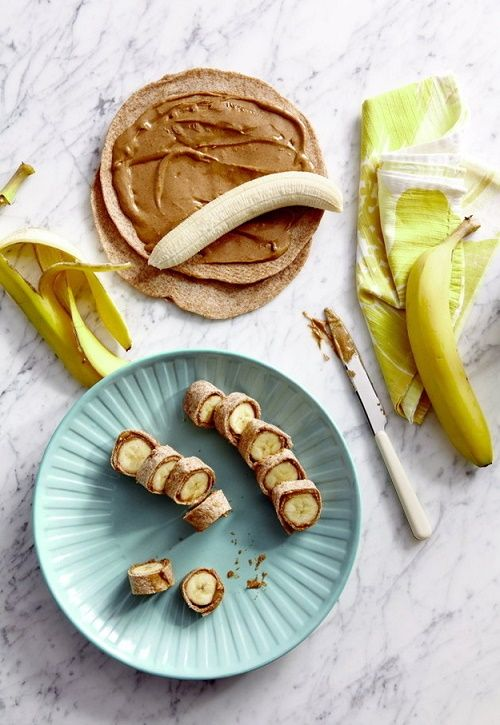 BOCADILLOS DE PLÁTANO.  Unta un poco de mantequilla de maní en dos tortillas de harina integral. Envuelve un plátano en cada una de ellas y córtalos como si fuera sushi.