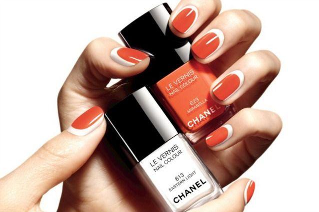 Unghie bicolor per una nail art di tendenza: il trend vuole un colore di base su tutta l'unghia in netto contrasto con il colore applicato al centro. Ecco tutti i segreti per realizzare una perfetta reverse french manicure.